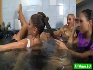 Quatre poupées européennes dans un bain de super-chaud